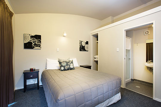 Double or Twin Private Room Local Knowledge NZ – En Suite Bedroom